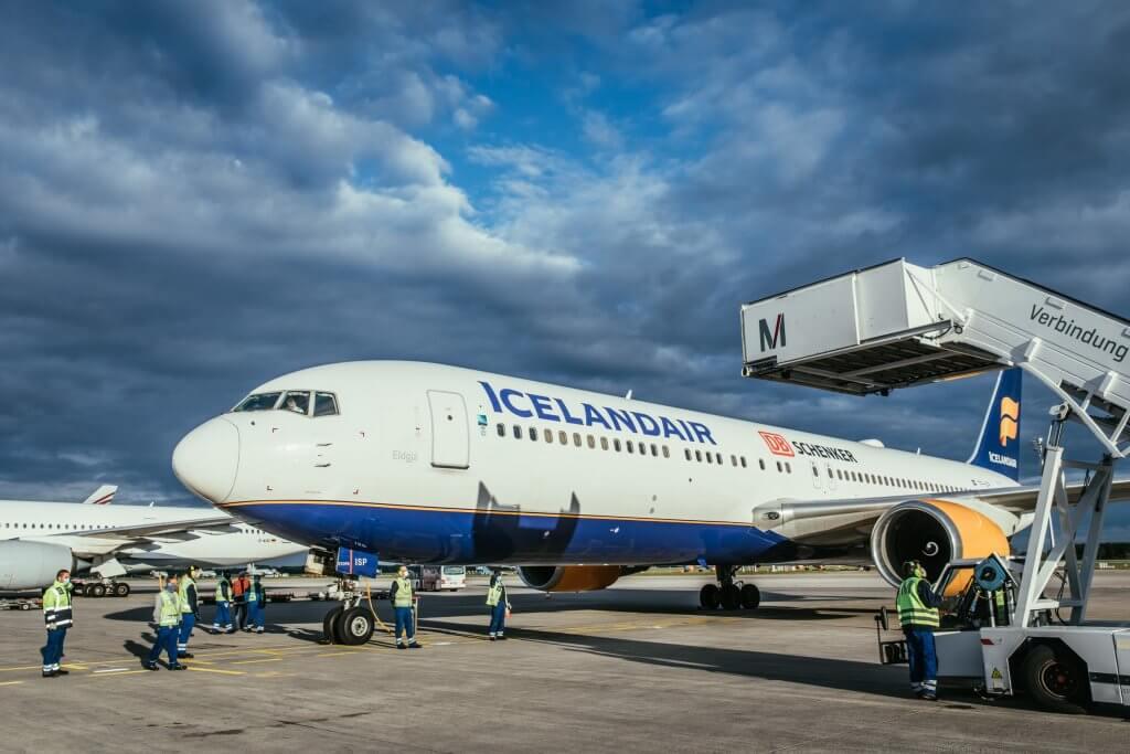 Die Boeing von Icelandair steht für den Umbau am Boden. © DB Schenker
