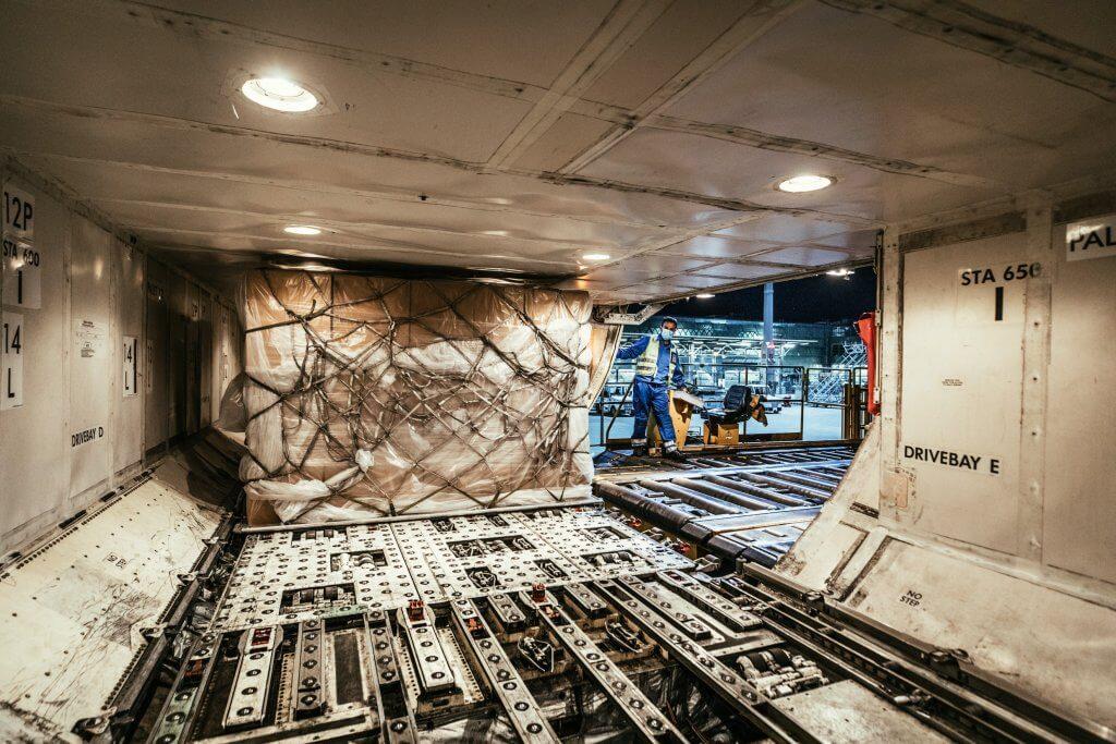 Sorgsam verstauen die Mitarbeiter von DB Schenker die Container im Laderaum der Maschine. © DB Schenker