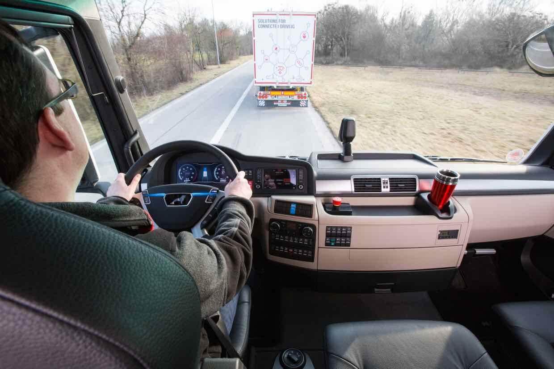 Der Fahrer behält immer die Hände am Steuer. © Deutsche Bahn AG/ MAN / Wolfgang Groeger-Meier