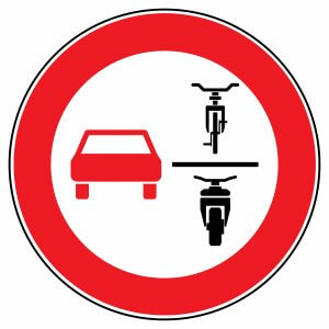 New road sign: Here, multi-track vehicles are not allowed to overtake single-track vehicles. © fotohansel /stock.adobe.de