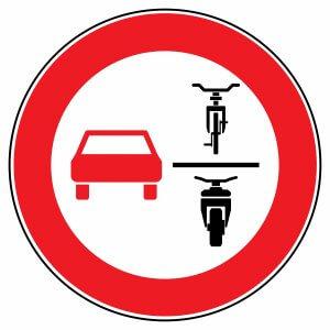 Neues Straßenverkehrszeichen: Hier ist es mehrspurigen Fahrzeugen untersagt, einspurige Fahrzeuge zu überholen. © fotohansel /stock.adobe.de