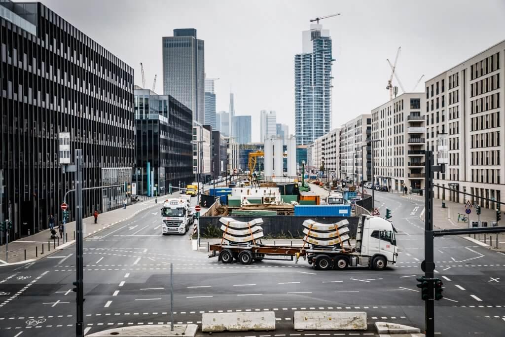 Am Ziel: Die beiden Lkw mit den tonnenschweren Elementen erreichen die Baustelle in der Frankfurt Innenstadt. © Michael Neuhaus/DB Schenker