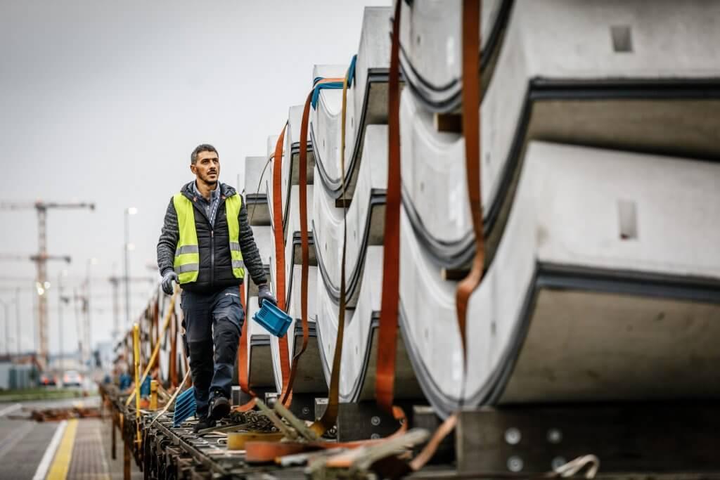 Der Zug ist eingetroffen: Yücel Temirci von DB Schenker geht die Wagen entlang und entfernt die Ladungssicherung. © Michael Neuhaus/DB Schenker