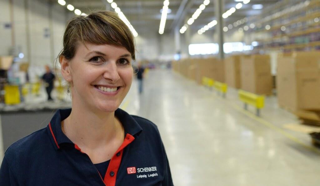 Tüftlerin Anna Förster entwirft Transportverpackungen für Autoteile
