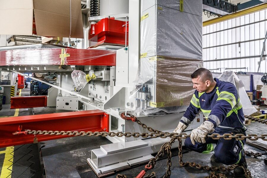 Stefan Frank puts the hermetic plate press in chains.© Michael Neuhaus / DB Schenker