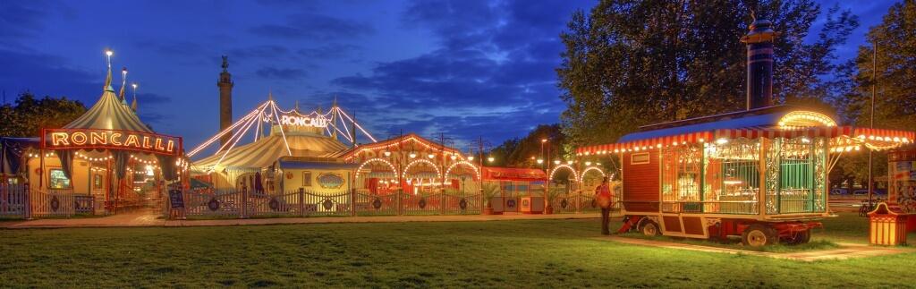 Circus Roncalli: Fast 100 Jahre alte Dampflok zieht historische Zirkuswagen