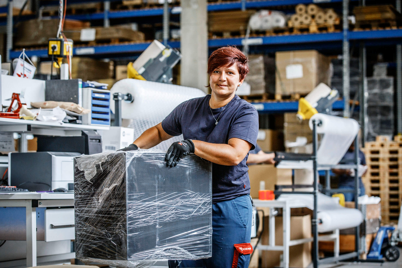 Frau aus der Kontraktlogistik bei Umverpackung