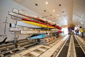 Verladung der Kanus für die Olympischen Spiele: Insgesamt 24 sicher verpackte Boote - für jede einzelne Disziplin ein Wettkampf- und ein Ersatzboot - werden von DB Schenker via Luxemburg per Luftfracht nach Rio gebracht.