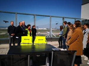 Interessierte Besucher am Luftfracht Hub Frankfurt von DB Schenker