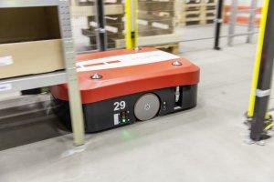 Der Transportroboter erhält den Befehl, zu dem Regal zu rollen, auf dem der bestellte Artikel lagert. © DB/Ralf Kreuels