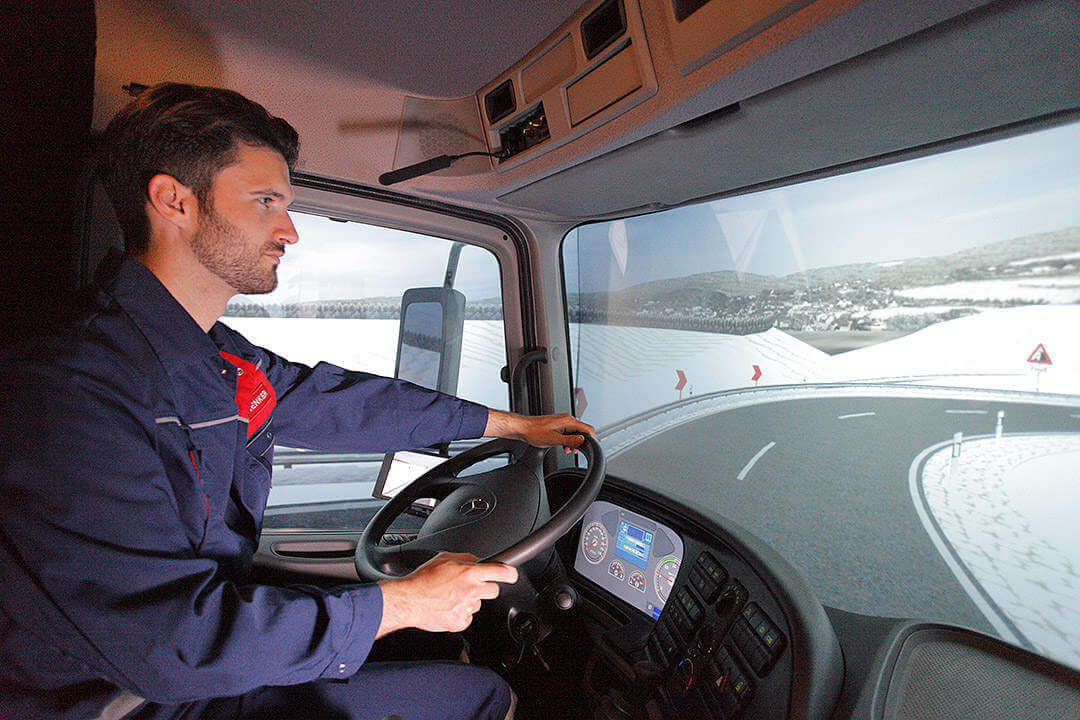 Lkw-Fahrer lernt energiesparendes Fahren