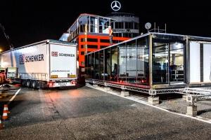 Fast fertiges Erdgeschoss des Motorhome. Im Hintergrund das Mercedes Logo auf einem Gebäude.