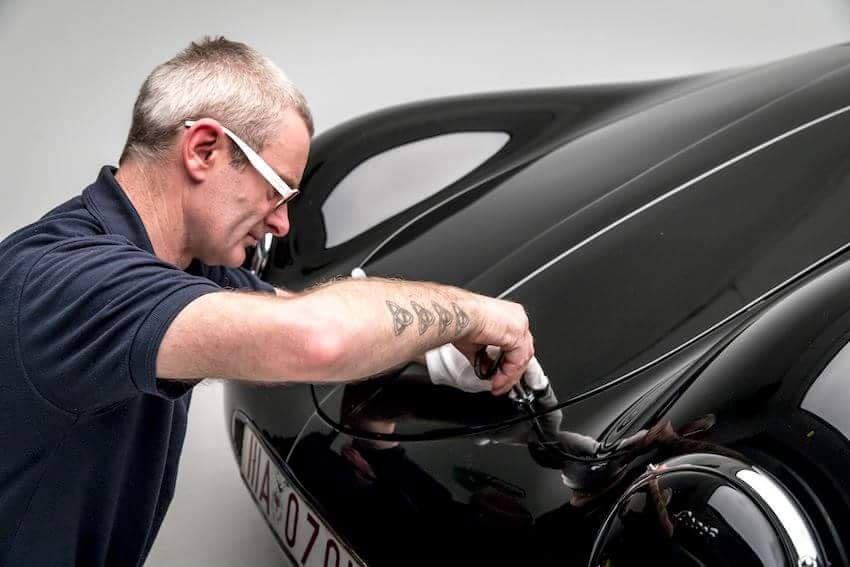 """Vorbereitung des Porsche Typ 64. Ein """"weißer Handschuh""""-Job für Experten wie Ian Bennett. Der Porsche Typ 64: Eine Legende des Motorsports. © Thomas Görny"""