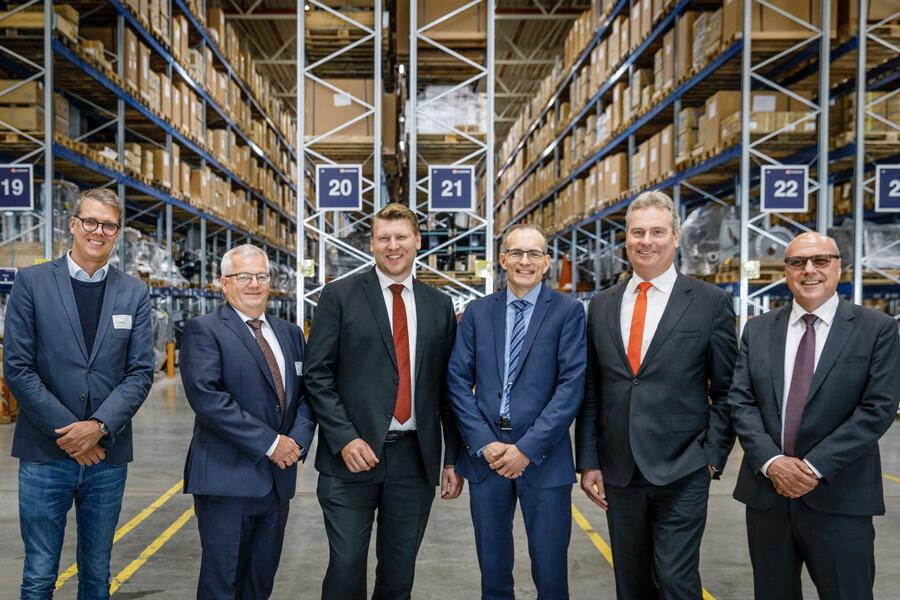 Feiern einen neuen Meilenstein der Kontraktlogistik im GVZ Augsburg: (v.l.n.r.) Philipp Nachbaur (CEO, MediaShop-Gruppe), Martin Thum (Geschäftsstellenleiter Augsburg-Logistik Schenker Deutschland AG), Christof Prange (Head of Business Development, Goodman Germany GmbH), Dr. Thomas Böger (Executive Vice President Contract Logistics / SCM Europe, Schenker Europe GmbH), Klaus König (CEO, KUKA Deutschland GmbH), Karl-Heinz Emberger (CEO, Schenker Deutschland AG)