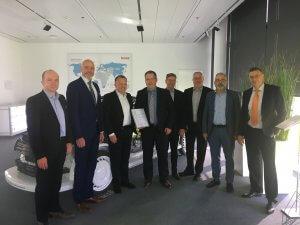 Ernennung zum Key Supplier 2019 beim diesjährigen Strategiegespräch bei Brose in Bamberg. V.l.n.r.: Erik Wirsing (VP Global Innovations, DB Schenker), Claus Freydag (Head of Ocean Freight DE/CH DB Schenker), Periklis Nassios (Geschäftsführer Einkauf Brose Gruppe), Hartmut Eckardt (Key Account Manager Business Development Automotive, DB Schenker), Roland Dressler (Head of Air Freight DE/CH DB Schenker), Achim Brückner (Leiter Einkauf Investitionen & Dienstleistungen Brose Gruppe), Harald Scheler (Leiter Geschäftsstelle Coburg & Nürnberg, DB Schenker), Wolfgang Krebs (Leiter Logistik Brose Gruppe). Bild © Brose Gruppe