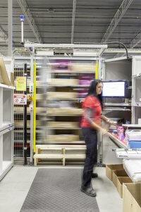 """Ein Mitarbeiter """"pickt"""" die Ware, Fehlgriffe sind nahezu ausgeschlossen. © DB/Ralf Kreuels"""