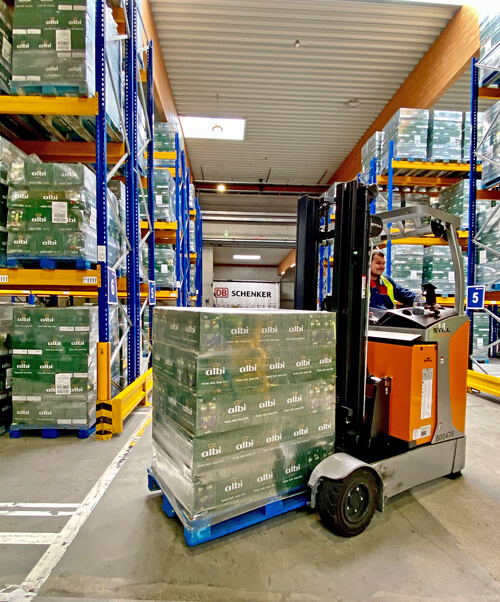 DB Schenker betreut am Standort Rostock den Fruchtsafthersteller albi als Kontraktlogistikpartner.