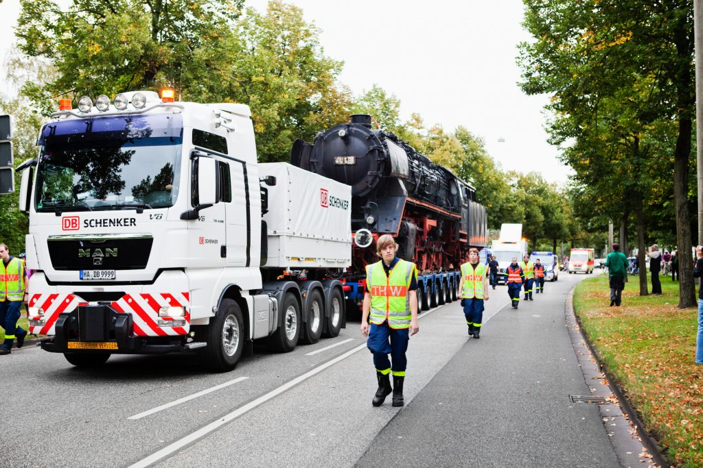 Spectacular: The transport of a steam locomotive on the flatbed truck. © Michael Neuhaus / DB Schenker