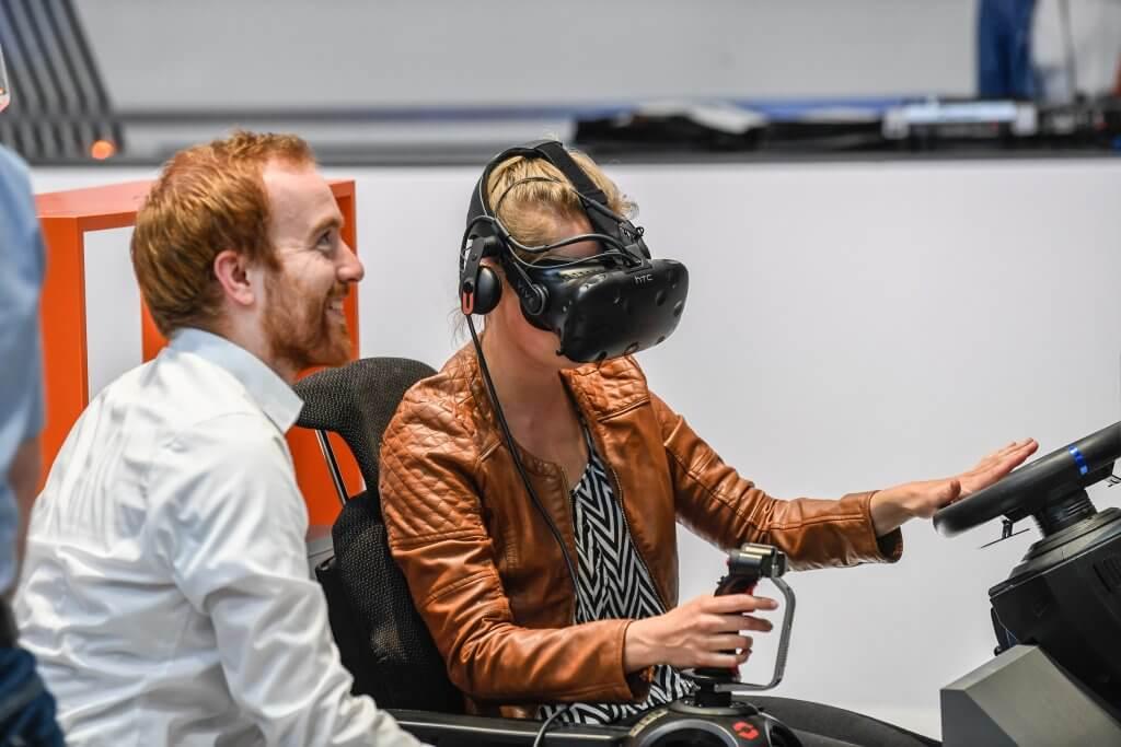 Interaktion mit Virtual Reality am Stand von DB Schenker. © DB AG / Max Lautenschläger