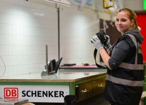 Eine Mitarbeiterin misst ein Bauteil aus. © Ralf Lehmann/Schenker Deutschland AG