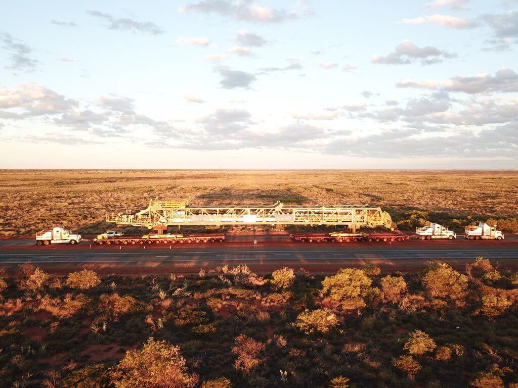 """Letzte Herausforderung: 350 Kilometer Landweg zur """"South Flank"""" in der westaustralischen Wüstenregion Pilbara. © DB Schenker"""