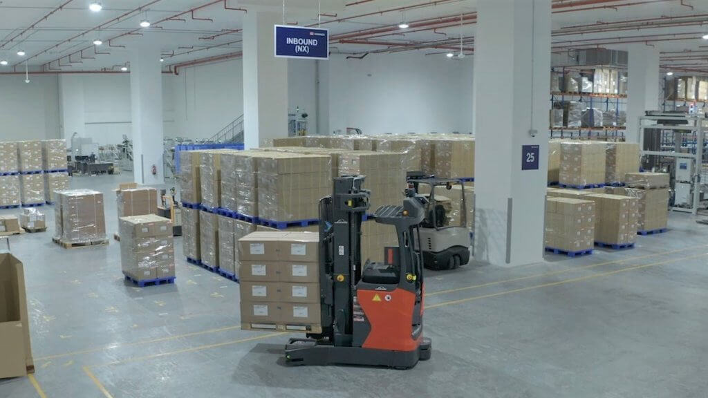 Top-notch use of storage capacities through autonomous narrow aisle forklifts. Compared to manual processes, the productivity of the warehouse doubles. © DB Schenker