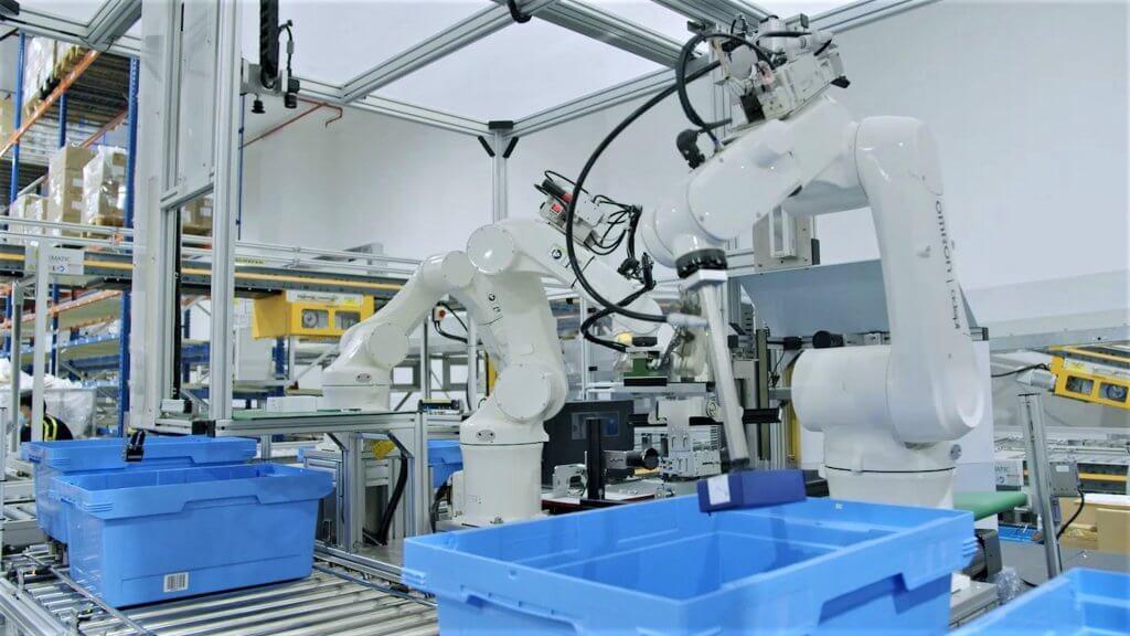 Im Red Lion erprobt DB Schenker ein selbst entwickeltes Etikettiersystem: Drei Roboterarme zeichnen Produkte unterschiedlichster Größe, Form und Konfiguration mit Hilfe von 3D-Vision-Technologie. Rund um die Uhr. © DB Schenker