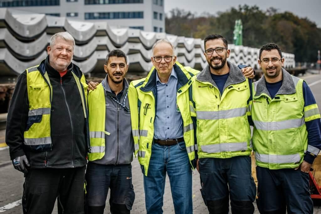 Teamwork (left to right): Patrick Will (Dispatch Control), ULD Export team foreman Yücel Temirci, Stefan Kümpel and forklift drivers Necati Koc and Bekir Ulu. © Michael Neuhaus/DB Schenker