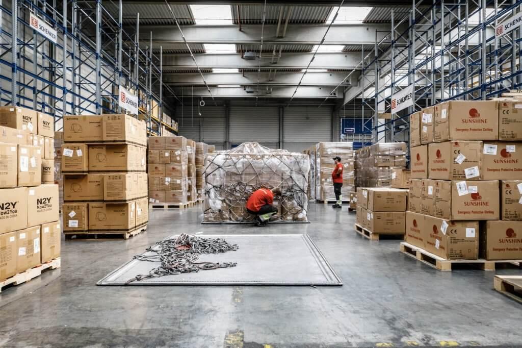 Umschlag in Stuttgart: Die Schutzausrüstung aus China wird für die Auslieferung neu palettiert. © DB Schenker