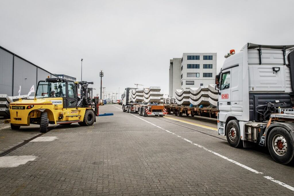 The DB Schenker staff use the forklift to lift the concrete parts onto the waiting truck. © Michael Neuhaus/DB Schenker