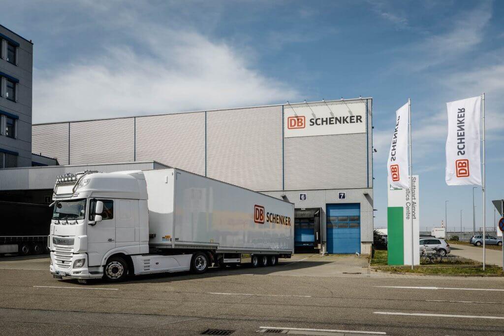 Ein DB Schenker-Lkw verlässt das Hub in Stuttgart. © DB Schenker