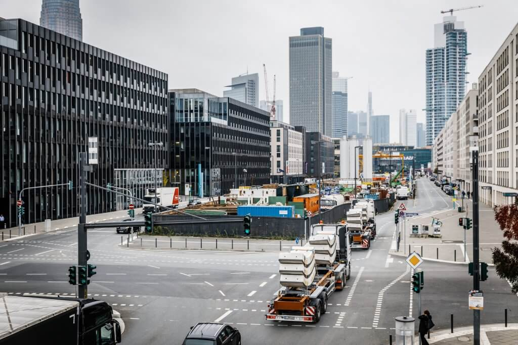 At their destination: the two trucks carrying the extremely heavy elements reach the construction site in central Frankfurt. © Michael Neuhaus/DB Schenker