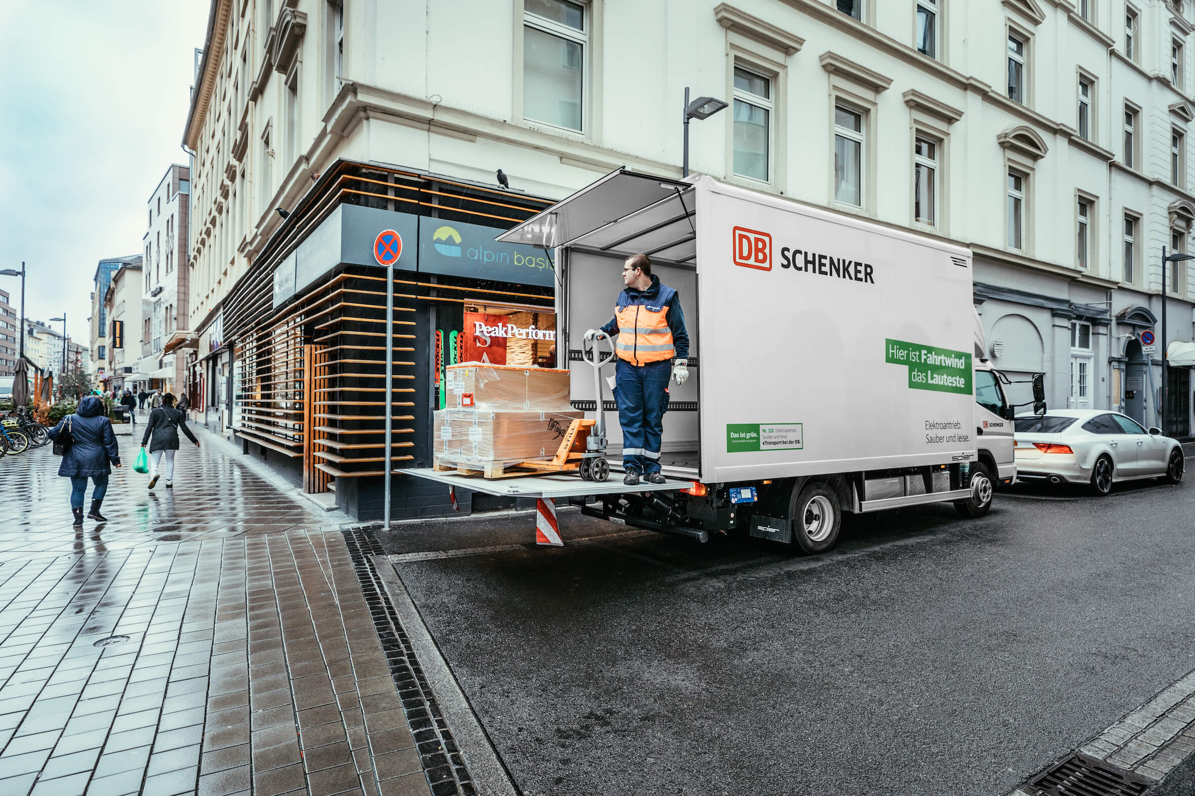 The driver unloads the vehicle in a pedestrian zone. © DB Schenker/Michael Neuhaus
