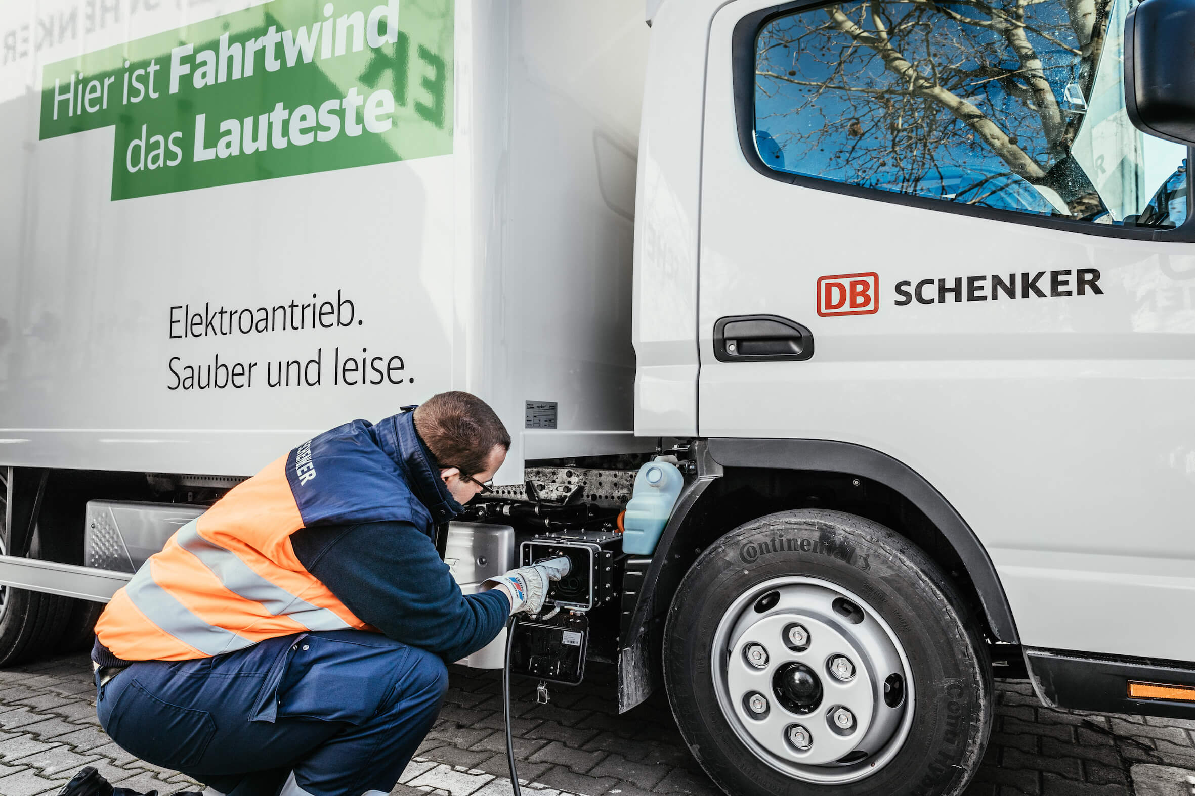The vehicle is charged via a side-mounted charging station. © DB Schenker/Michael Neuhaus