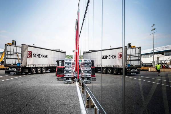 DB Schenker Truck spiegelt sich in Scheibe
