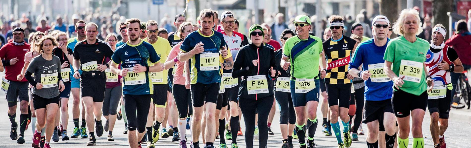 Hannover Marathon: Die rollenden Garderoben von DB Schenker ...