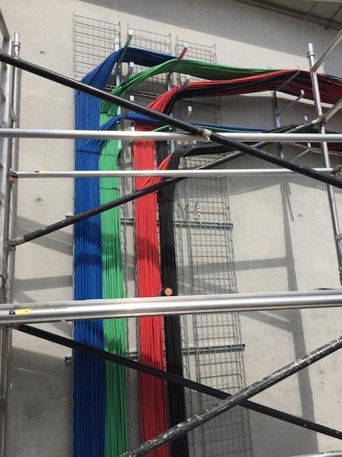 Kabelverlauf an Wand im Inneren eines Stadions