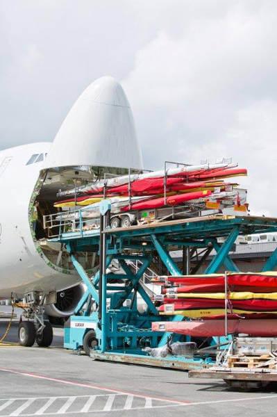 Sportequipment wird in Flugzeug verladen